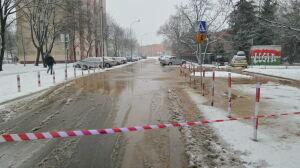 Pękła rura na Góralskiej. Woda zalała ulicę