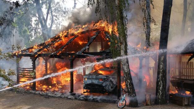 Pożar w Wesołej. Samochód, wiata i altana w ogniu