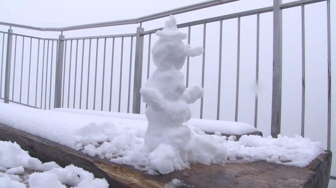 """""""Mamy lato, ale góry są nieprzewidywalne"""". Śnieg w Tatrach"""