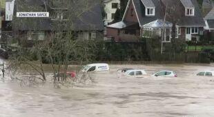 Woda pokryła prawie całe samochody